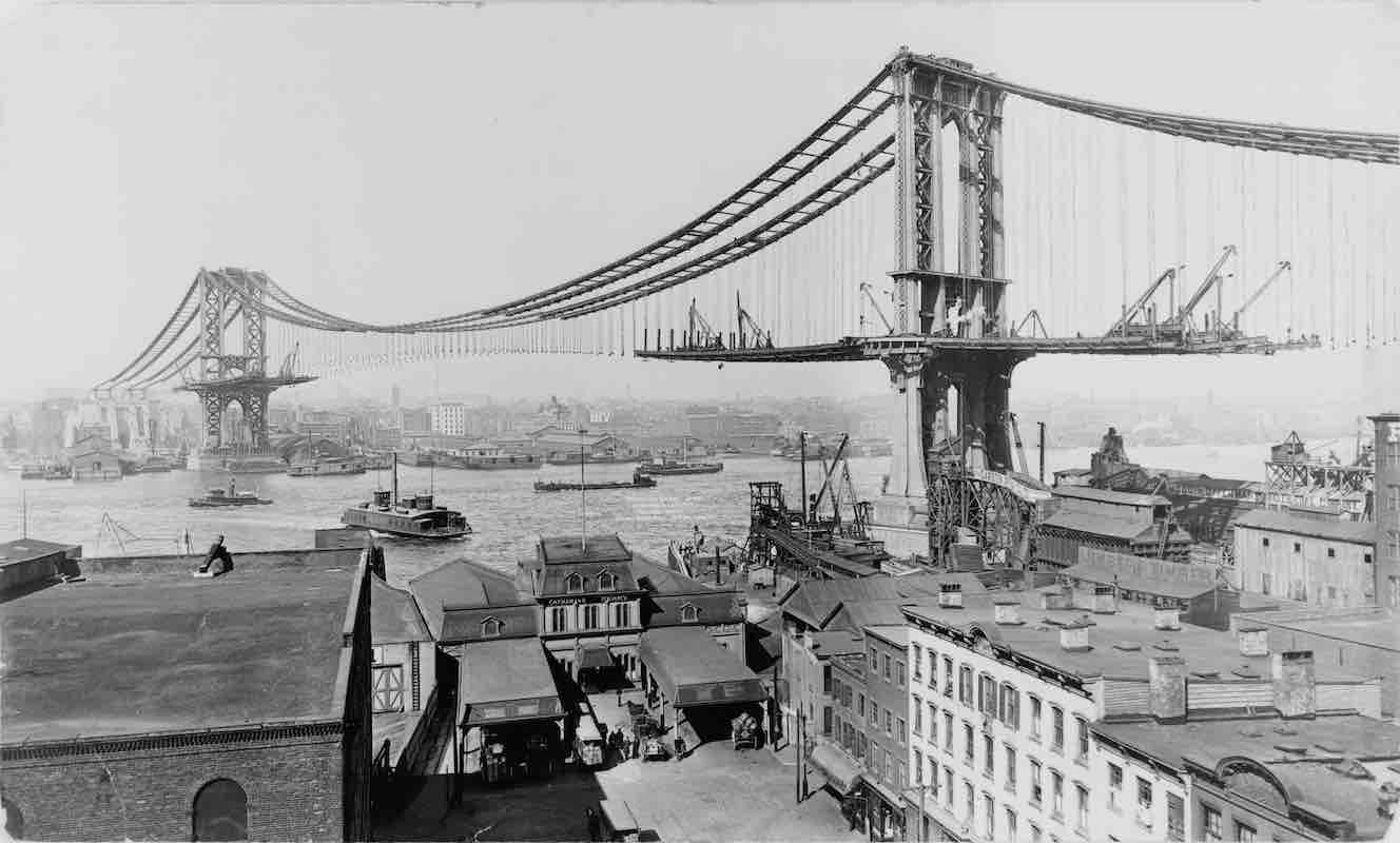 photo of the manhattan bridge under construction in 1900s